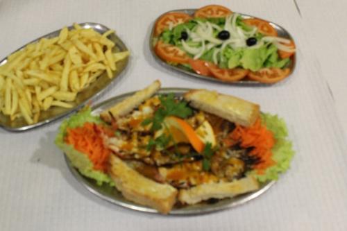 img-Camarão Tigre Grelhado com Batata Frita e Salada