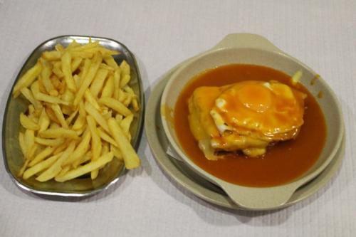 destaque Francesinha com Ovo e Batata