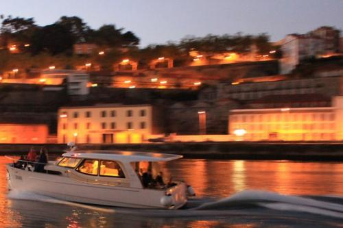 img-DOURO CRUISE IN PRIVATE YACHT, 2 HOURS IN PORTO