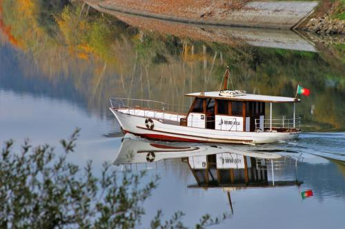 img-DOURO CRUISE FROM FOLGOSA TO PINHÃO WITH VINEYARD'S VISIT