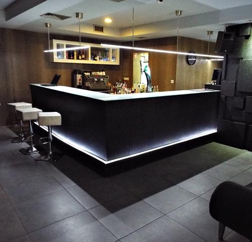 tt2-Aplicação de palheta em paredes e balcão de Bar1 thumbs
