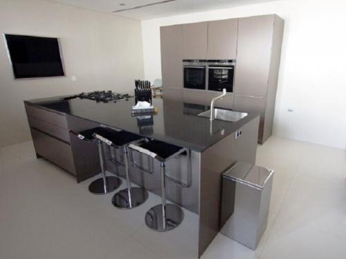 Mobiliário de Cozinha em Paralelo com Ilha Central