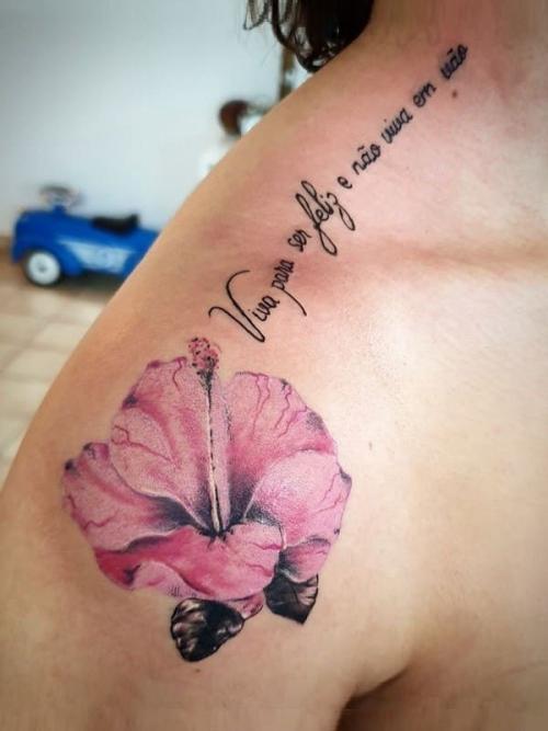 destaque Tatuagem de cor no ombro