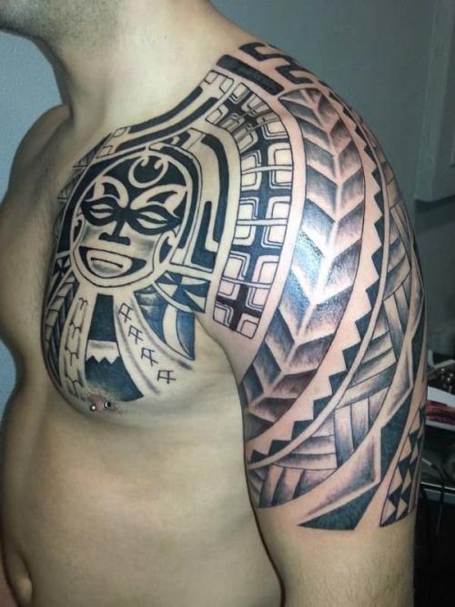 Tatuagens no peito e na parte externa do braço