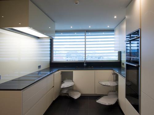 destaque Cozinha moderna em tons de branco e preto